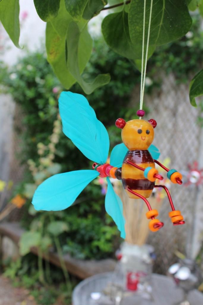 abeille éolienne les vents du tao fabrication artisanale hélice bleue en plumes
