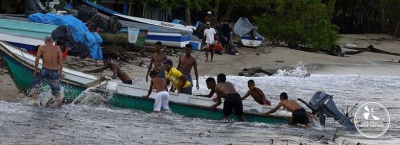 Villageois aide au port à Capurgana en Colombie