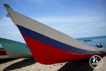 Lanchas sur la plage de Capurgana en Colombie