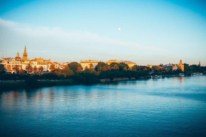 Seville au coucher du soleil depuis le pont sur le Guadalquivir, voyage en espagne