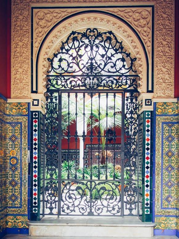 Porte ornementale arabo andalou à seville, voyage en espagne