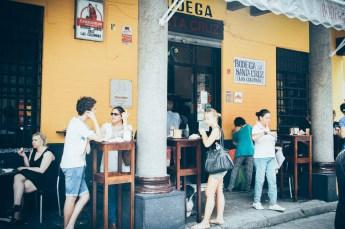 clients sur la terrasse du bar las columnas à seville, voyage en espagne