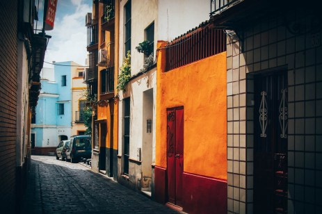 Mur jaune et rouge dans le quartier de la Macarena à Séville, voyage en espagne