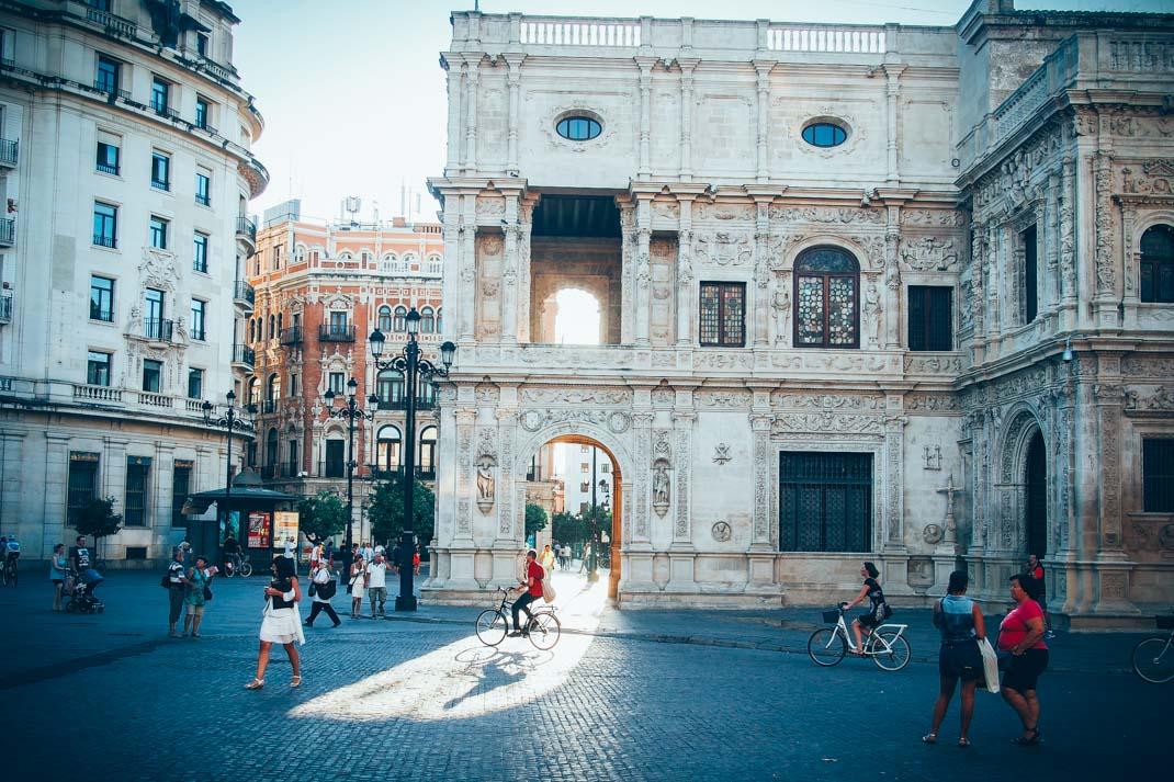 soleil à travers les arches de la mairie de seville, voyage en espagne