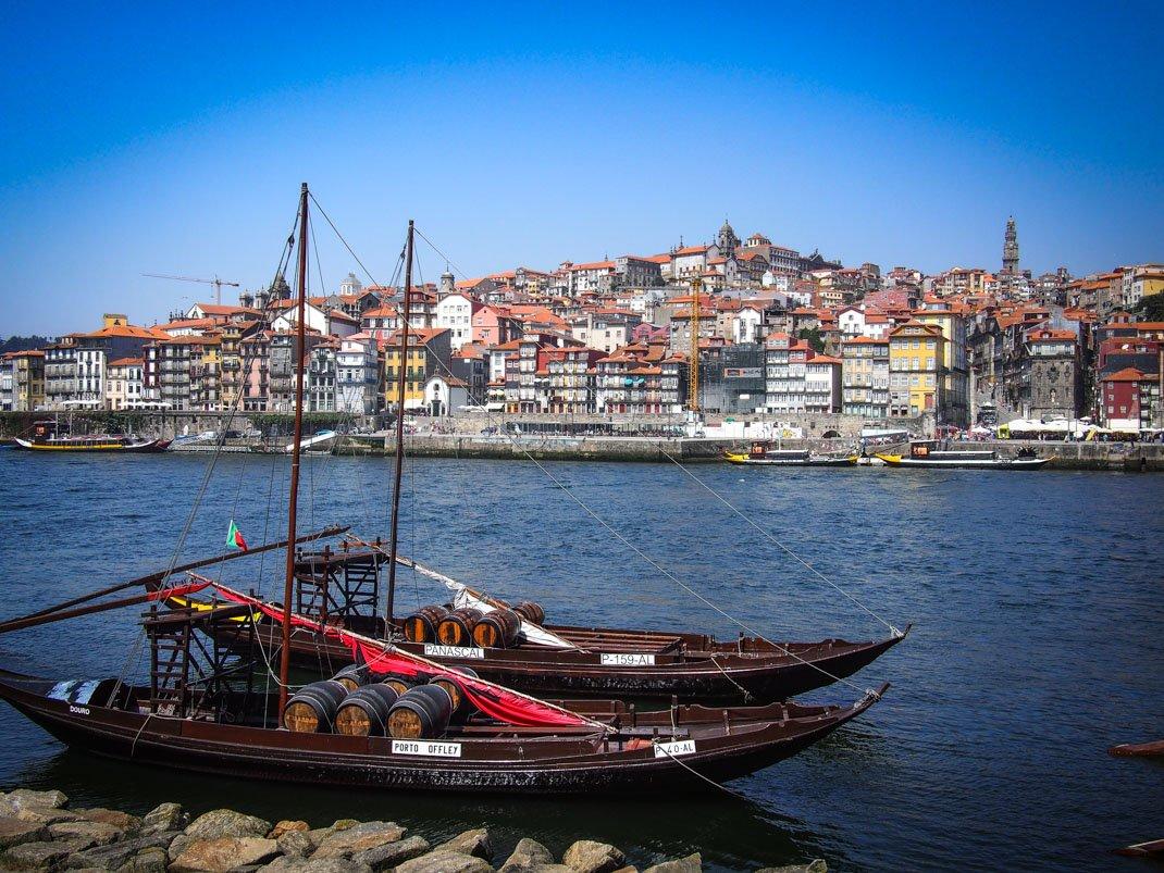 vue sur la ribeira depuis la rive d'en face avec bateaux en premier plan a porto voyage portugal