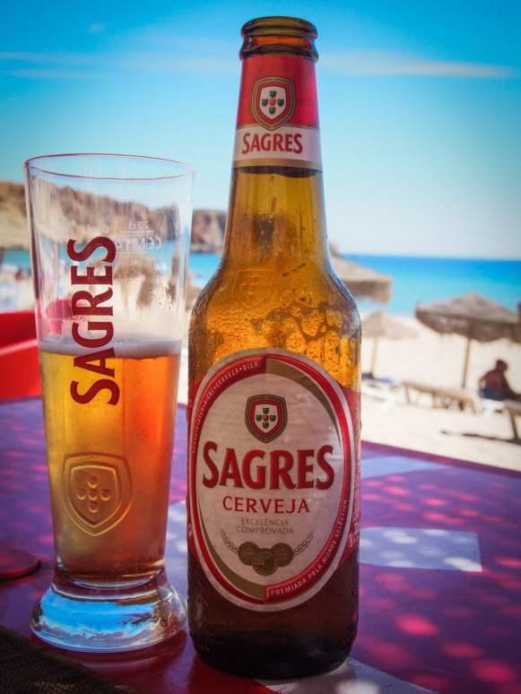 la bière qui porte le nom du village sagres sur la plage en algarve voyage portugal