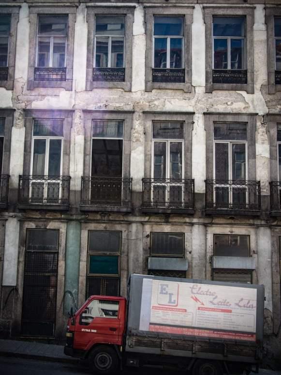 vieille façade et camion a porto voyage portugal