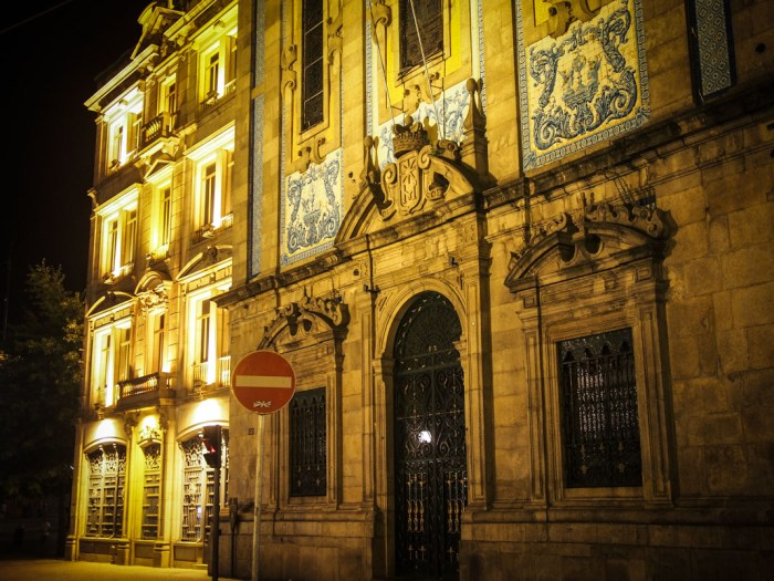 monument et azulejos a porto voyage portugal