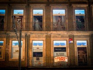 amour glamour sur les fenêtre d'un magasin kitch a porto voyage portugal