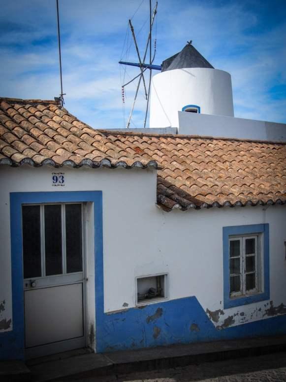 petite maison blanche sur fond de moulin a vent a odeceixe voyage en algarve portugal