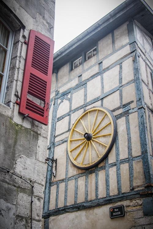 maison a colombage bleu au centre du vieux bayonne au pays basque