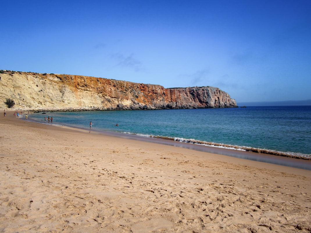 la plage et les falaises a sagres en algarve voyage portugal
