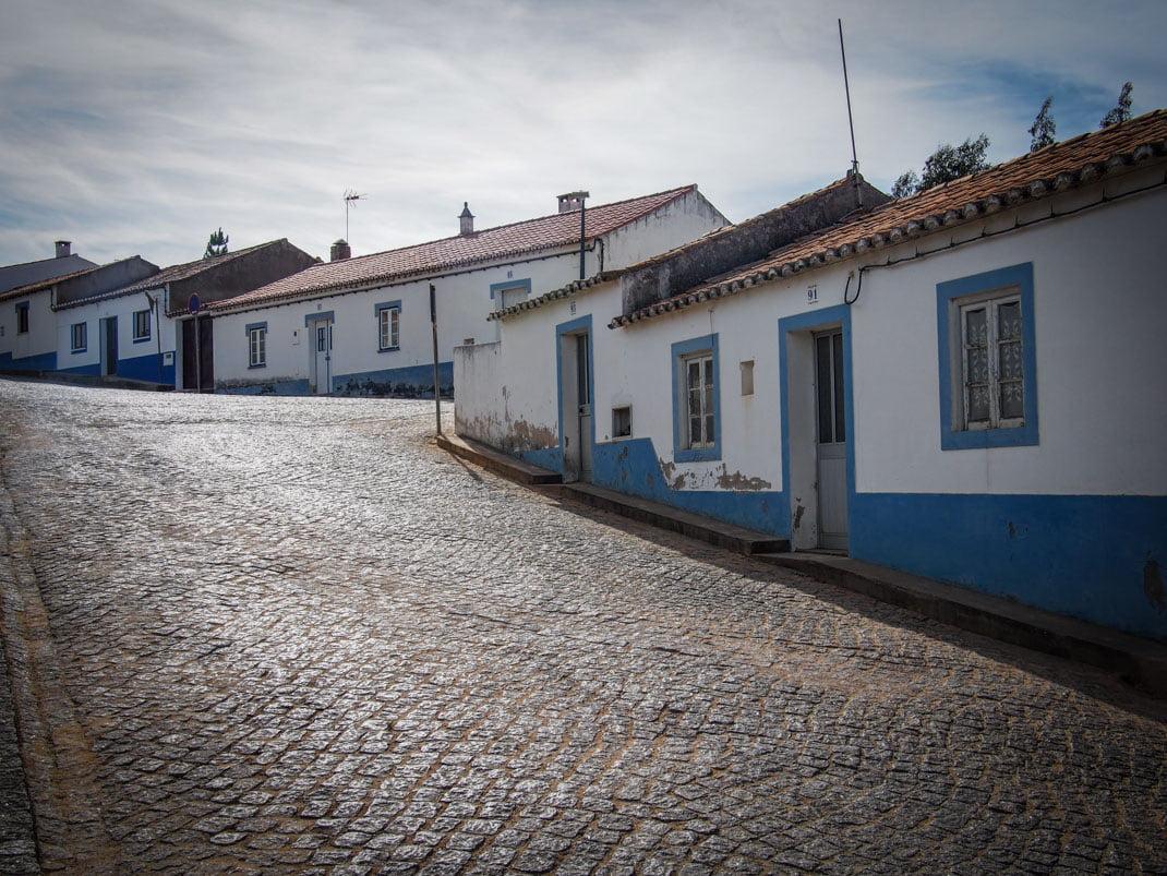 rue déserte et tranquille avec maisons blanche et bleu a odeceixe algarve voyage portugal