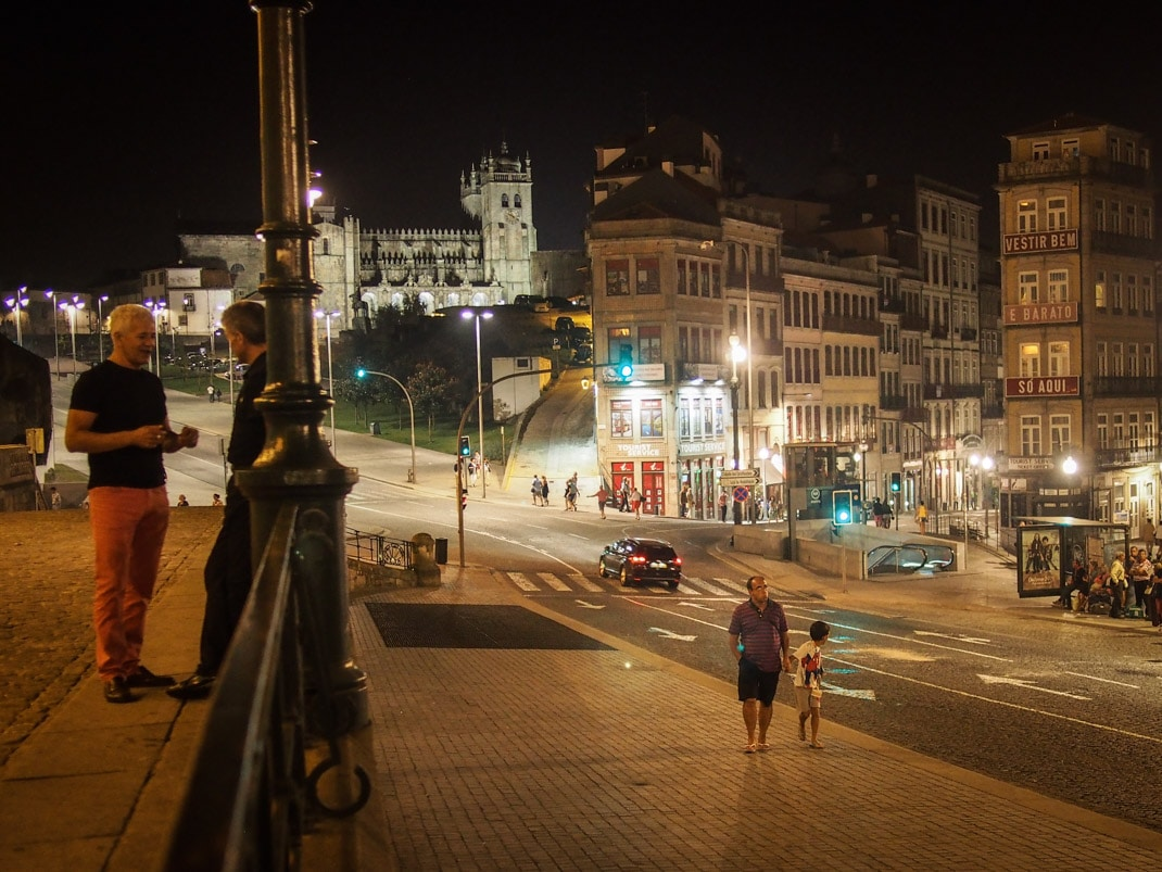 ambiance nocturne dans les rues de porto voyage portugal