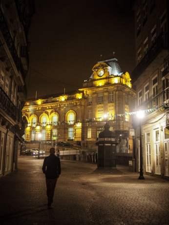 la gare illuminee au loin dans les rues de nuit a porto voyage portugal