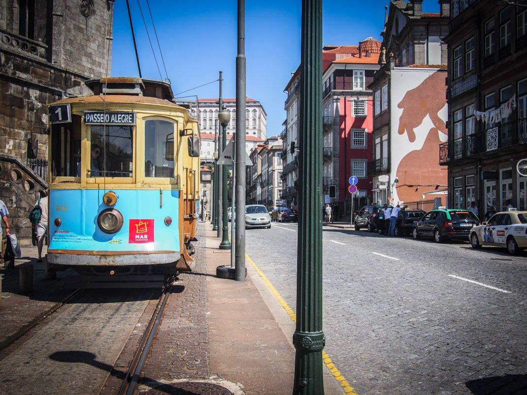 le paseo alegre, la promenade joyeuse a bord du tramway jusqu'a la mer a porto voyage portugal