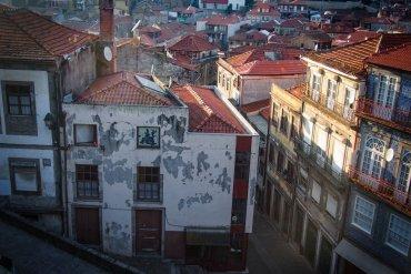 vue sur les toits de porto au soleil couchant a porto voyage portugal