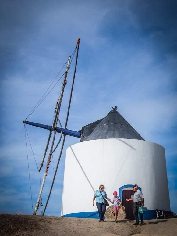 des gens sortent du moulin a vent de odeceixe algarve voyage portugal
