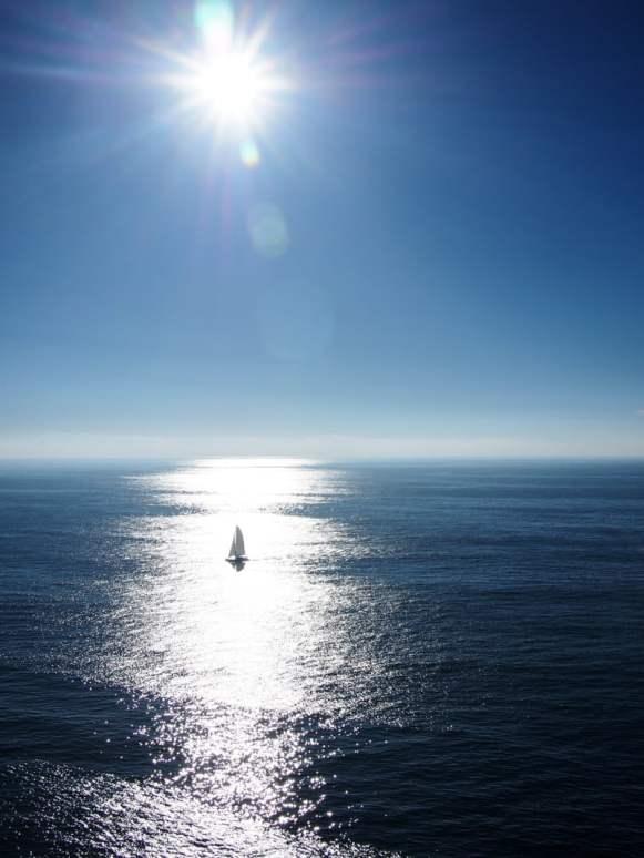 un voilier dans le soleil sur la mer au cab sao vicente a sages algarve portugal
