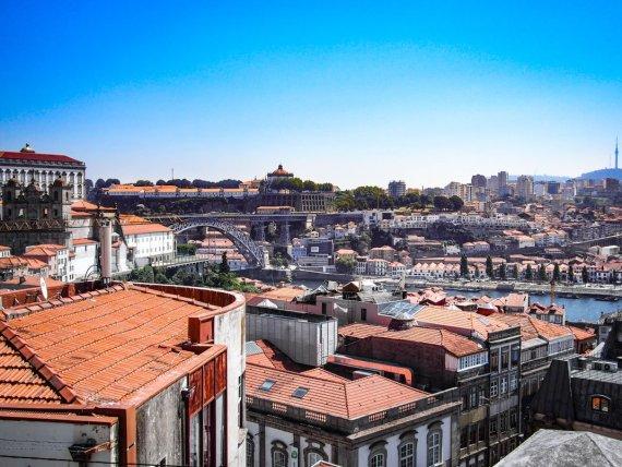 vue depuis les hauteurs sur les toits de porto, le pont et les fabriques de porto voyage portugal