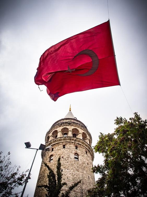 le drapeau turc flotte sur la place au pied de la tour galata a istanbul en turquie