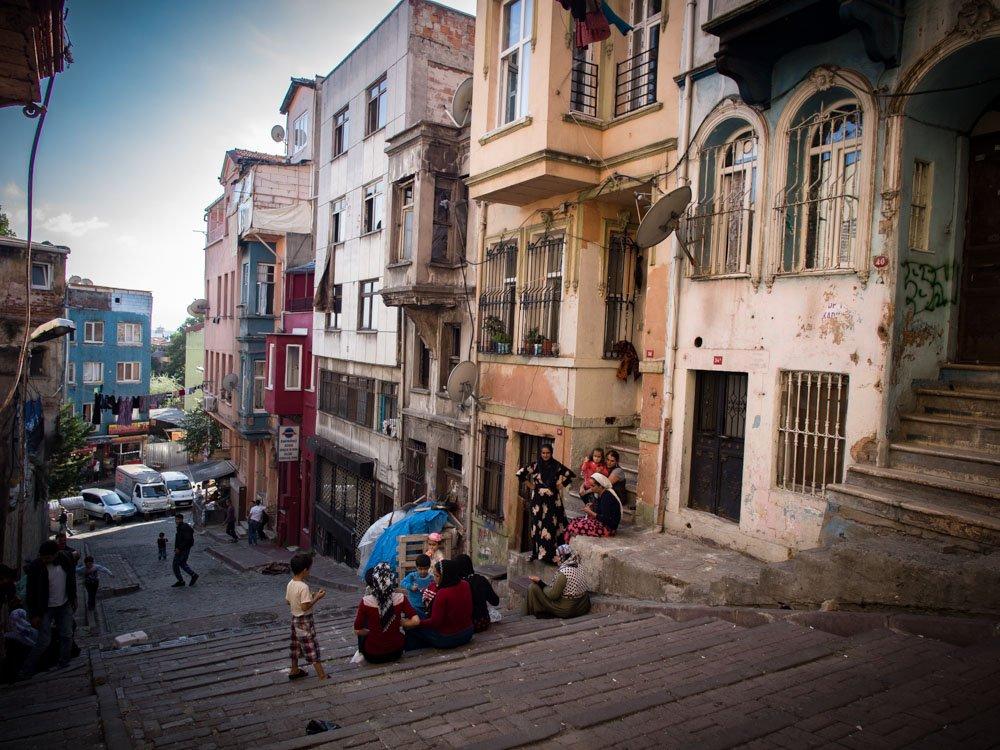 famille dans une rue populaire de sultanahmet à Istanbul
