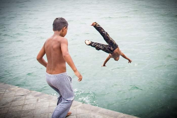 jeunes se baignent à karakoy dans le bosphore à istanbul voyage turquie