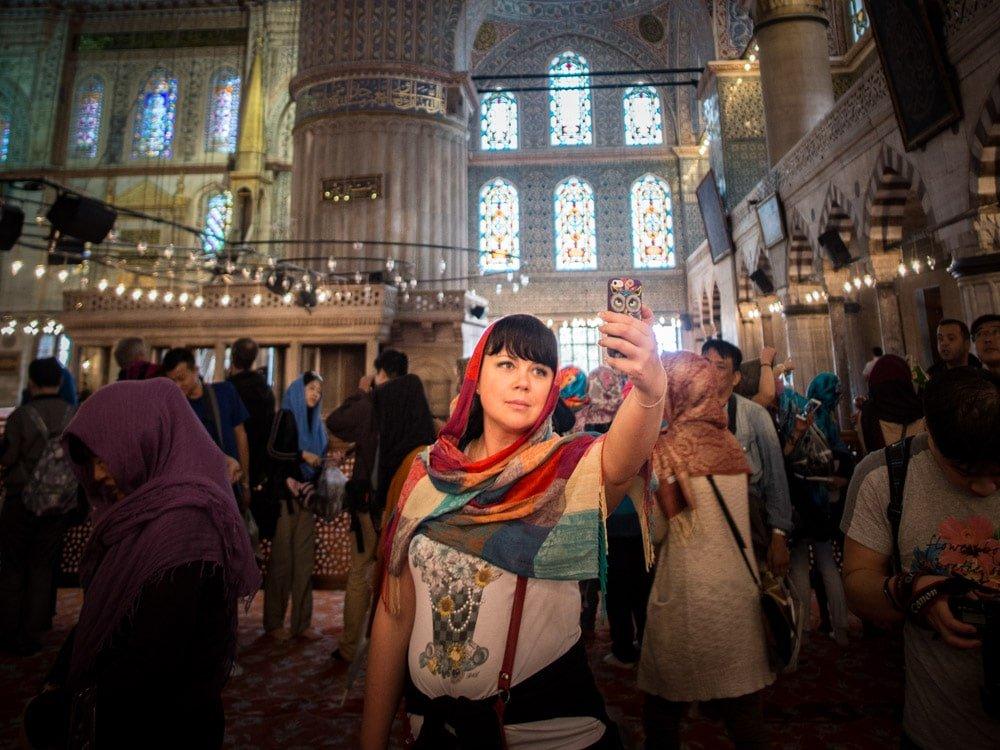 selfie à la mosquee bleue lors d'un voyage à istanbul