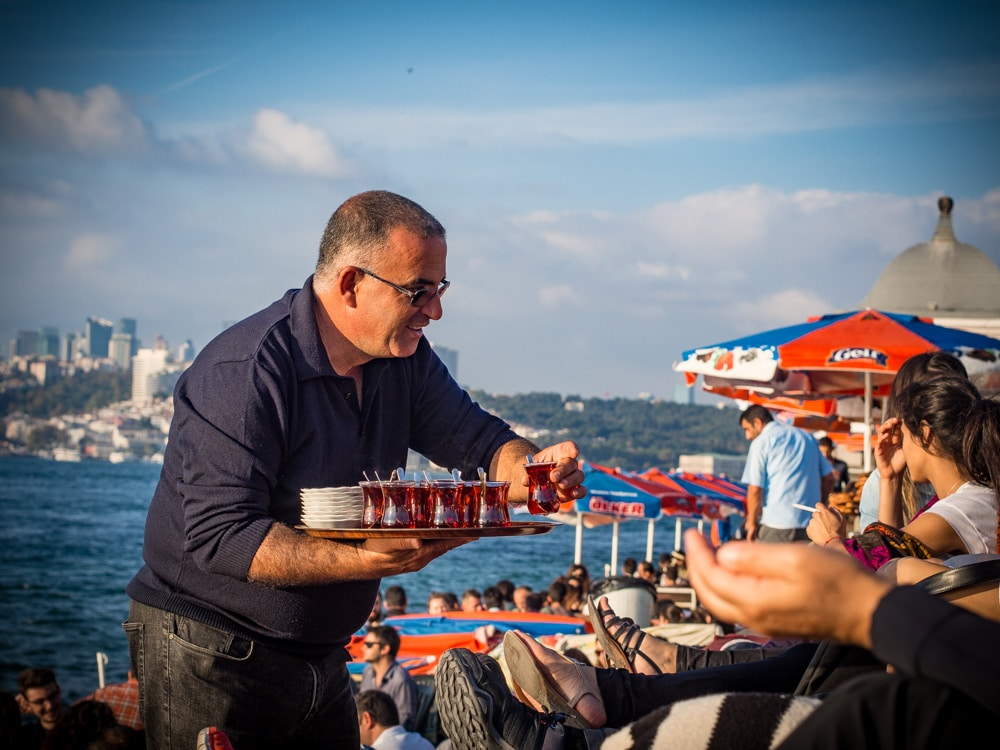 vendeur de thé sur les quais d'skudar à istanbul