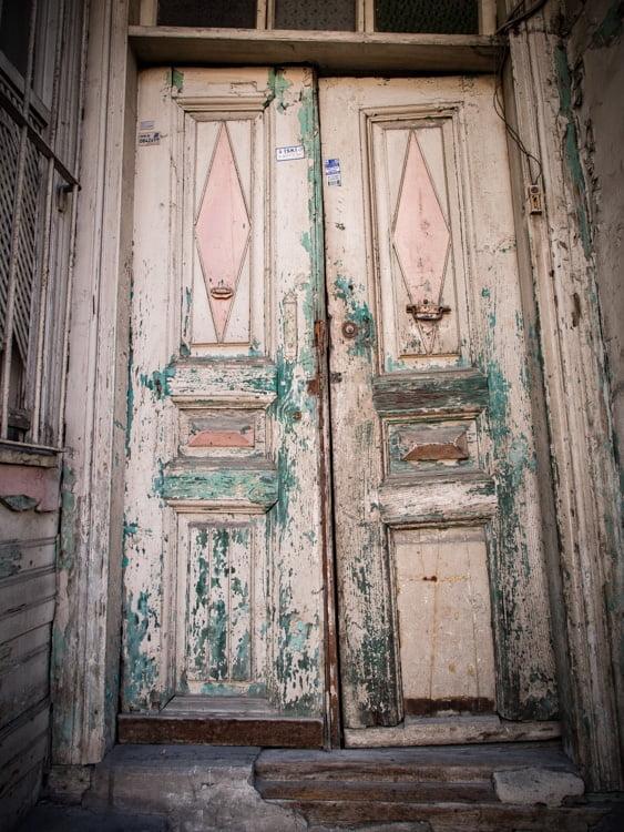 vieille porte dans le quartier kadirga à istanbul