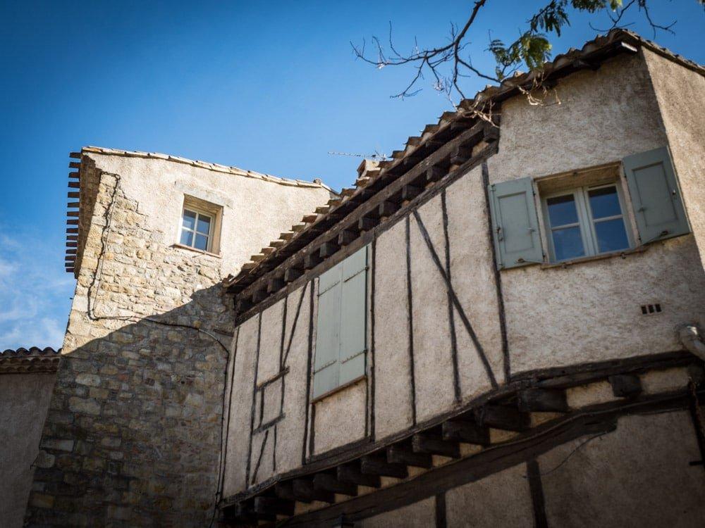 façade d'une maison à colombage dans la cite de carcassonne patrimoine mondial unesco