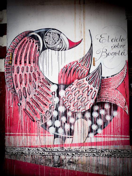 peinture d'un oiseau rouge et noir street art à bogota en colombie