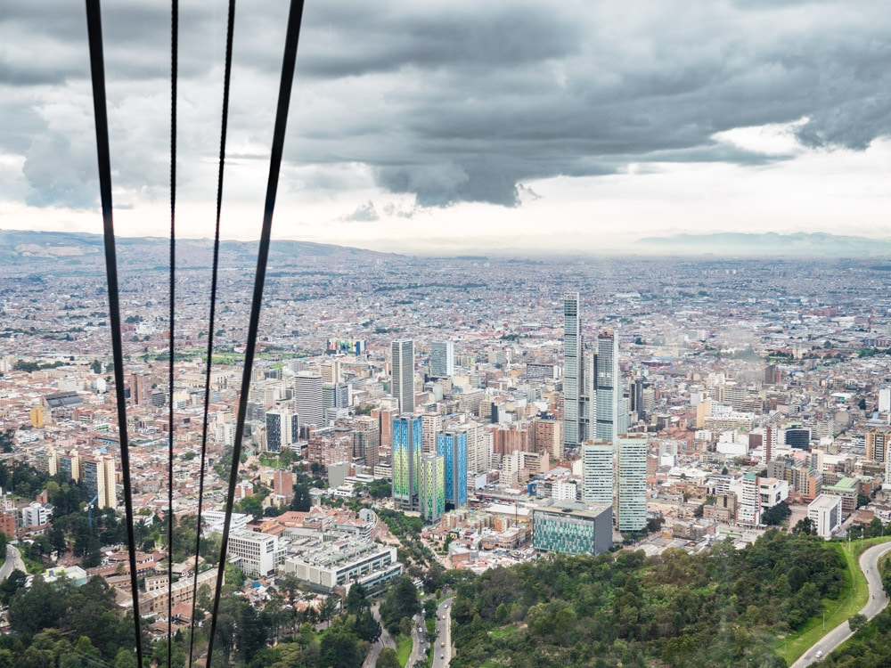 en montant au monserrate par le telepherique à bogota en colombie
