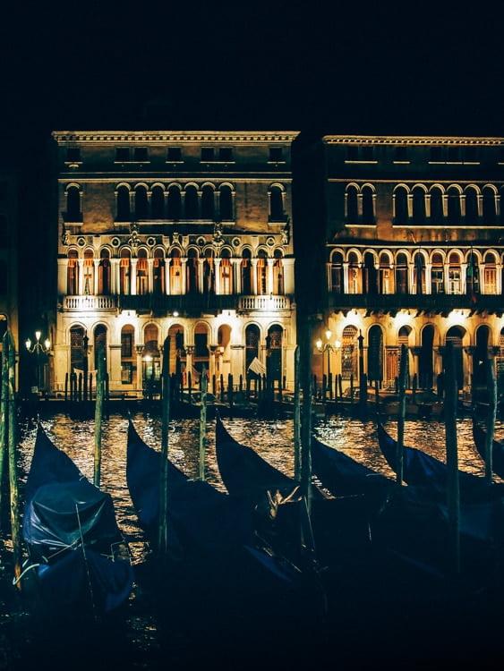 les palais illuminé la nuit à venise en italie