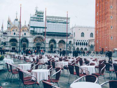 table de restaurant sur la place st marc lors d'un voyage à venise