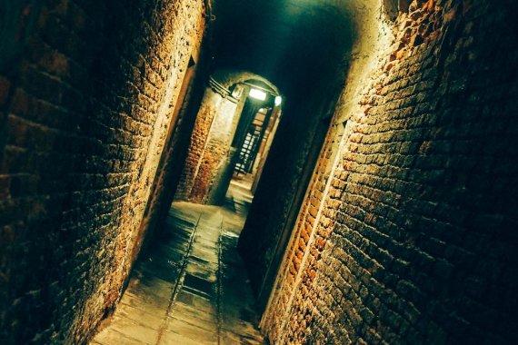 rue déserte la nuit à venise lors d'un voyage en italie