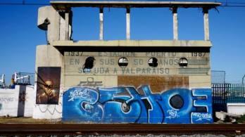 murs sur le port de valparaiso au chili