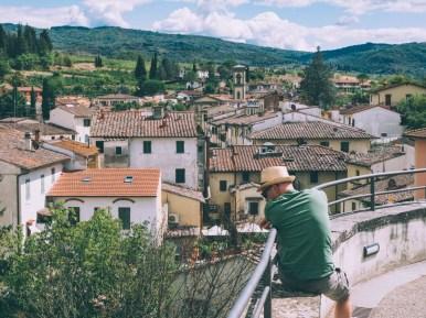 vue des hauteurs de greve in chianti lors d'un road trip en toscane