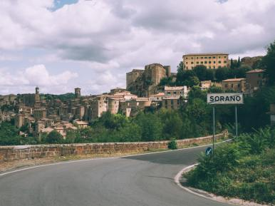 vue du village de sorano lors d'un road trip en toscane