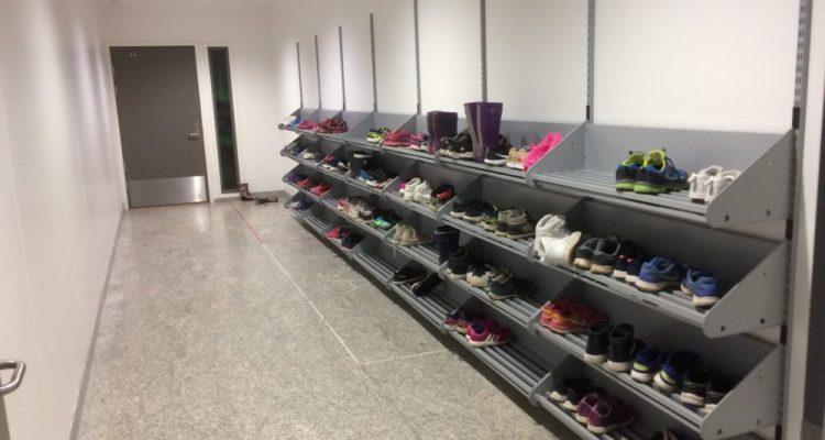 Les élèves sont tenus d'enlever leurs chaussures et de mettre des chaussons à l'intérieur de l'Ecole