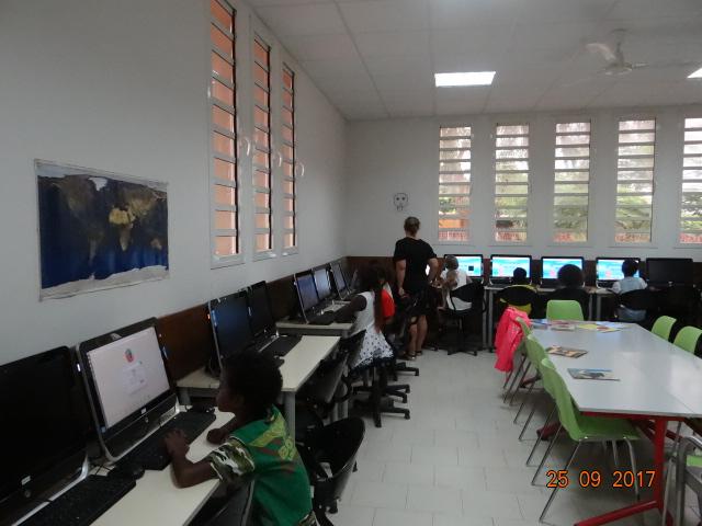 les ordinateurs sont dans la bibliothèque de l'école primaire