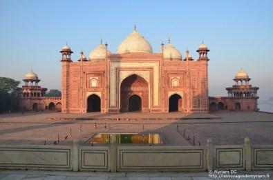La mosquée: en face, pour un soucis de symétrie, sera construit un bâtiment identique, mais sans la fonction religieuse.