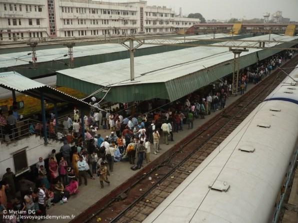 La gare est toujours surpeuplée, c'est vraiment impressionnant!