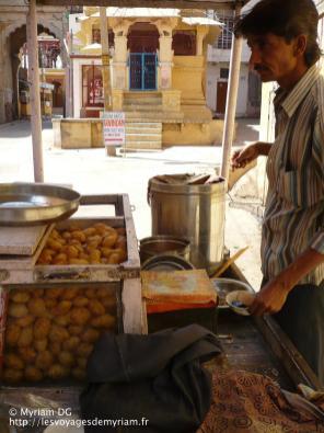 L'un des meilleurs repas (et des plus épicé) que j'ai pu découvrir: des sortes de beignets soufflés avec des la purée de pomme de terre et des petit pois à l'intérieur, nappé d'une sauce au piment.