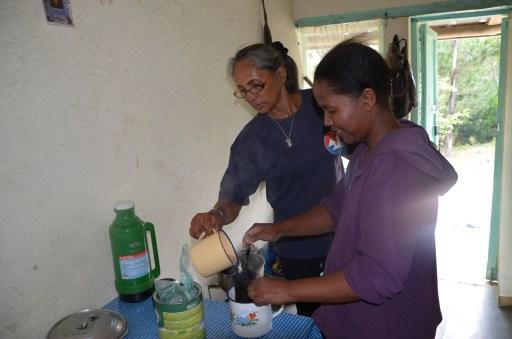 La préparation du café avec Roseline (à droite) et Voehirana (ma traductrice)