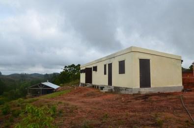 le bâtiment qui abrite Touk et Sat, ainsi que la récolte de Ravintsara