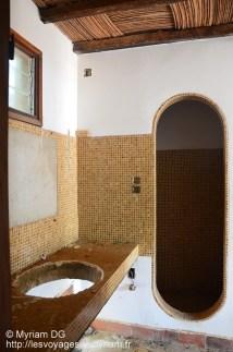 La salle de bain et l'ouverture de la douche super sympa!