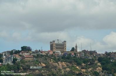 Le palais de la reine et regardez en bas à gauche.. ça me dit quelque chose?!