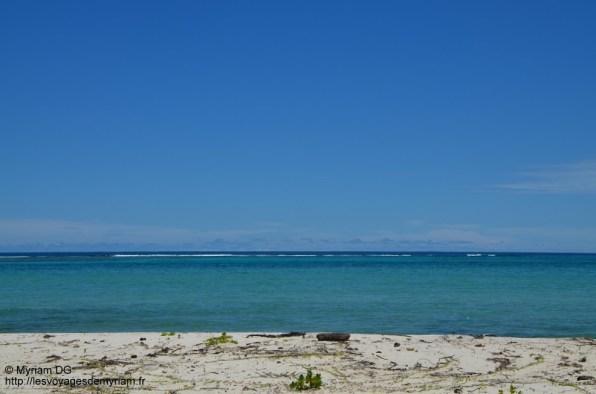 Au loin on voit les vagues s'écraser sur la barrière de corail.