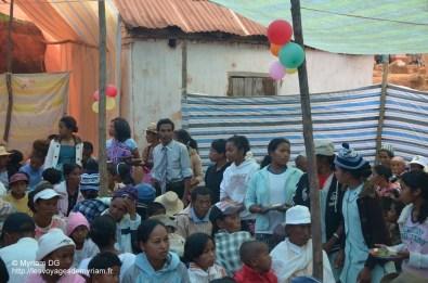 tout le village est invité au mariage: le repas est délicieux. En entrée des crudités, puis du porc (très cher, uniquement pour les mariages) avec du riz et un fruit en dessert.